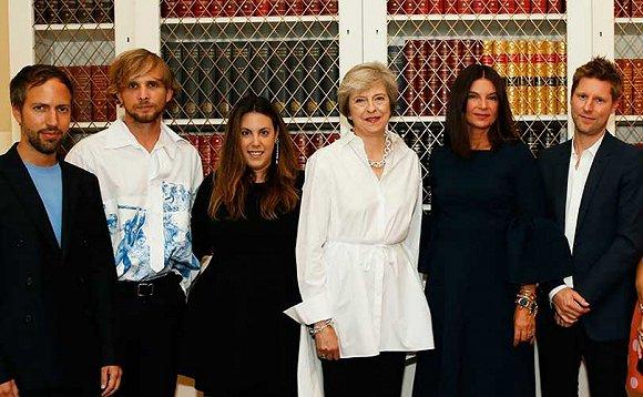 英国现任首相Theresa May与英国时尚产业从业者