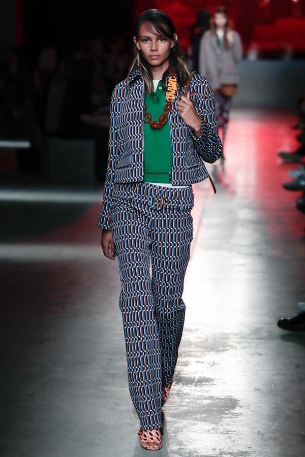 Prada 2019早春度假系列时装秀 欧普艺术的精彩演绎