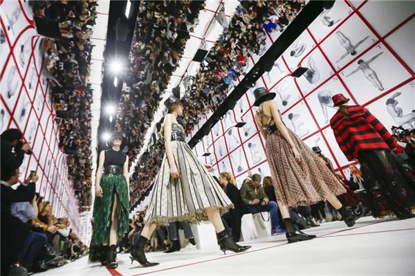 北京時間2月26日晚21:30,DIOR迪奧2019秋冬成衣系列發布秀于巴黎隆重舉行。本場大秀的秀場布局及其對語言的詩意詮釋和對女性精神的自由表達。